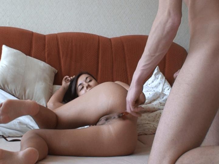 Geiler Teenarsch mit einem Glas Dildo anal gefickt