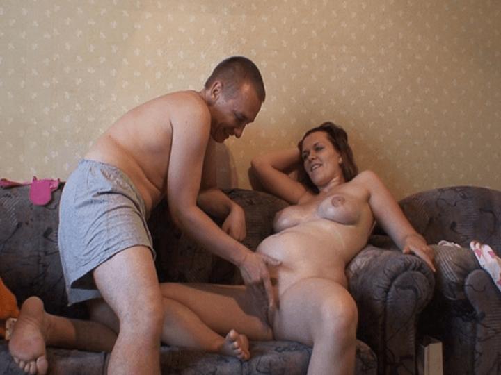 Schwangere Amateurschlampe lässt sich die Muschi mit dem Finger ficken