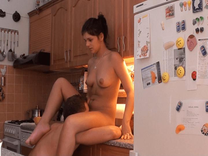 Sexy Mädchen lässt sich im Amateur Sexvideo die Muschi lecken